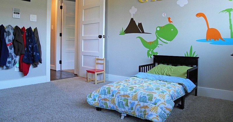 Children's room dinosaur decor