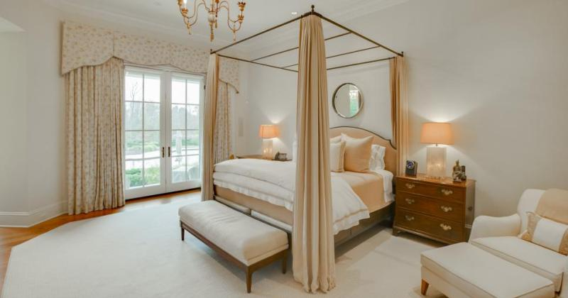 Bedroom design with canopy bed