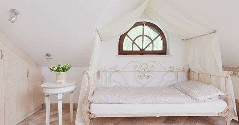 Canopy bed in small bedroom