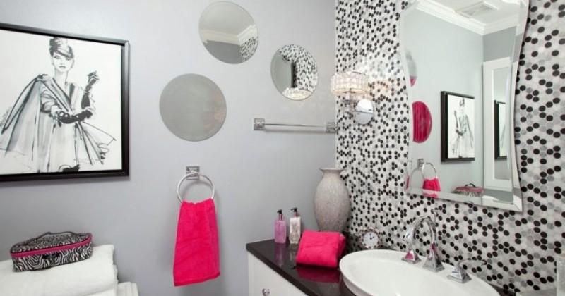 Wall decor for small bathroom